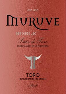 Im Glas zeigt der Muruve Tinto Roble Toro aus dem Hause Bodegas Frutos Villar eine dichtem rubinrote Farbe. Die erste Nase des Muruve Tinto Roble Toro zeigt Noten von Heidelbeeren, Maulbeeren und schwarze Johannisbeeren. Den fruchtigen Teilen des Bouquets gesellen sich Noten des Fass-Ausbaus wie Zimt, Lebkuchen-Gewürz und schwarzer Tee hinzu. Dieser Rote von Bodegas Frutos Villar ist der richtige Tropfen für alle Weinliebhaber, die es trocken mögen. Dabei zeigt er sich aber nie karg oder spröde, sondern rund und geschmeidig. Am Gaumen präsentiert sich die Textur dieses druckvollen Rotweins wunderbar dicht und wuchtig. Durch die moderate Fruchtsäure schmeichelt der Muruve Tinto Roble Toro mit samtigem Gaumengefühl, ohne es gleichzeitig an Frische missen zu lassen. Im Abgang begeistert dieser Rotwein aus der Weinbauregion Kastilien - León schließlich mit guter Länge. Es zeigen sich erneut Anklänge an Brombeere und schwarze Johannisbeere. Vinifikation des Muruve Tinto Roble Toro von Bodegas Frutos Villar Dieser kraftvolle Rotwein aus Spanien wird aus der Rebsorte Tempranillo vinifiziert. Nach der Handlese gelangen die Weintrauben zügig in die Kellerei. Hier werden sie sortiert und behutsam gemahlen. Anschließend erfolgt die Gärung im kleinen Holz bei kontrollierten Temperaturen. Nach dem Ende der Gärung wird der Muruve Tinto Roble Toro noch für einige Monate in Fässern aus amerikanischer Eiche ausgebaut. Speiseempfehlung für den Muruve Tinto Roble Toro von Bodegas Frutos Villar Dieser Rotwein aus Spanien sollte am besten temperiert bei 15 - 18°C genossen werden. Er passt perfekt als Begleiter zu Kalb-Zwiebel-Auflauf, Gemüse-Couscous mit Rinderfrikadellen oder Zitronen-Chili-Hühnchen mit Bulgur.