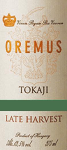 Der Tokaji Late Harvest Spätlese von Tokaj Oremus aus Tokaj Hegyalja offeriert im Glas eine brillante, hellgelbe Farbe. Dieser Dessertwein schmeichelt dem Auge zudem mit Reflexen Nach dem ersten Schwenken, zeichnet sich dieser Dessertwein durch eine ungemeine Brillanz aus, die ihn behende im Glas tanzen lässt. In ein Dessertweinglas eingegossen, offeriert dieser Dessertwein aus der Alten Welt herrlich ausdrucksstarke Aromen nach Kumquat, Quitte, Nashi-Birne und Nektarine, abgerundet von weiteren fruchtigen Nuancen, die der Ausbau im Holzfass beisteuert. Der Tokaji Late Harvest Spätlese kann als außergewöhnlich fruchtbetont und samtig bezeichnet werden, da er mit einem angenehm lieblichen Geschmacksprofil vinifiziert wurde. Am Gaumen präsentiert sich die Textur dieses leichtfüßigen Dessertwein wunderbar seidig und samtig. Das Finale dieses sehr reifungsfähigen Tokajers aus der Weinbauregion Tokaj Hegyalja besticht schließlich mit beachtlichem Nachhall. Der Abgang wird zudem von mineralischen Noten der von Vulkangestein und Lehm dominierten Böden begleitet. Vinifikation des Tokaji Late Harvest Spätlese von Tokaj Oremus Der elegante Tokaji Late Harvest Spätlese aus Ungarn ist eine Cuvée, vinifiziert aus den Rebsorten Furmint, Gelber Muskateller, Hárslevelü und Zéta. Die Trauben wachsen unter optimalen Bedingungen in Tokaj Hegyalja. Die Reben graben hier ihre Wurzeln tief in Böden aus Lehm und Vulkangestein. Die Weinbeeren für diesen Tokajer aus Ungarn werden, zum Zeitpunkt optimaler Reife, ausschließlich von Hand gelesen. Nach der Lese gelangen die Weintrauben auf schnellstem Wege ins Presshaus. Hier werden sie sortiert und behutsam aufgebrochen. Es folgt die Gärung im kleinen Holz bei kontrollierten Temperaturen. Nach ihrem Ende wird der Tokaji Late Harvest Spätlese noch für 6 Monate in Fässern aus ungarischer Eiche ausgebaut. Speiseempfehlung für den Tokaji Late Harvest Spätlese von Tokaj Oremus Dieser Dessertwein aus Ungarn sollte am besten temperiert bei 15 - 18°C 