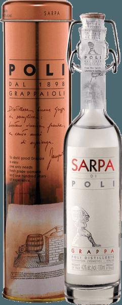DerSarpa di Poli von Jacopo Poli ist ein kraftvoller Grappa aus den Trestern von Merlot (60%) und Cabernet Sauvignon (40%). Im Glas präsentiert sich dieser Grappa in einer klaren, transparenten Farbe. Das frische Bouquet wird von frischen Kräutern, gestoßener Minze und blumigen Akzenten nach Rosen und Geranien getragen. Am Gaumen ist dieser Grappa wundervoll kraftvoll mit rustikaler Persönlichkeit - sehr pur und ehrlich im Geschmack. Destillation des Jacopo Poli Grappa Sarpa di Poli Baby Der noch frische Trester wird traditionell in alten Kupferbrennkesseln destilliert. Nach dem Brennvorgang hat dieser Grappa noch 75 Vol%. Durch die Zugabe von destilliertem Wasser erreicht dieser Tresterbrand einen Alkoholgehalt von 40 Vol%. Danach ruht dieser Grappa für insgesamt 6 Monate in Edelstahltanks, um abschließend sanft filtriert auf die Flasche gefüllt zu werden. Servierempfehlung für den Baby Sarpa di Poli Jacopo Poli Grappa Genießen Sie diesen Grappa als Digestif nach einem schönen Menu, oder servieren Sie diesen bei etwa 10 bis 15 Grad Celsius einfach nur pur.