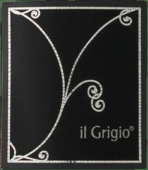 Der Il Grigio von Collavini ist ein klassischer Spumante, der sich mit strahlendem Strohgelb und grünlichen Reflexen im Glas präsentiert. Der Il Grigio besticht in der Nase durch seine Aromenvielfalt, die von Birnen über Äpfel bis hin zu Nuancen von Zitrone reicht. Am Gaumen startet dieser mit der Charmat-Methode hergestellte Spumante knackig-frisch, ungemein fruchtbetont und mit angenehmer Perlage. Florale und citrische Noten begleiten dann auch den Abgang. Speiseempfehlung zum Il Grigio Vino Spumante von Eugenio Collavini Dieser Schaumwein aus Norditalien ist ein klassischer Apéritif, der auch perfekt mit Vorspeisen und Fisch harmoniert.