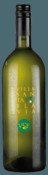 Der leichtfüßige Chardonnay Villa Santa Flavia fließt mit brillantem Goldgelb ins Glas. Das Bouquet dieses Weißweins aus Venetien bezaubert mit Aromen von Stachelbeere und Weiße Johannisbeere. Gerade seine fruchtbetonte Art macht diesen Wein so besonders. Dieser italienische Wein begeistert durch sein elegant trockenes Geschmacksbild. Er wurde mit 5 Gramm Restzucker auf die Flasche gebracht. Bei einem Wein im Einstiegsbereich absolut keine Selbstverständlichkeit, so verzückt dieser Italiener natürlich bei aller Trockenheit mit feinster Balance. Geschmack braucht eben nicht zwingend viel Zucker. Durch seine prägnante Fruchtsäure zeigt sich der Chardonnay am Gaumen außergewöhnlich frisch und lebendig. Im Abgang begeistert dieser aus der Weinbauregion Venetien schließlich mit schöner Länge. Es zeigen sich erneut Anklänge an Weiße Johannisbeere und Stachelbeere. Vinifikation des Chardonnay von Villa Santa Flavia Grundlage für den eleganten Chardonnay aus Venetien sind Trauben aus der Rebsorte Chardonnay. Nach der Handlese gelangen die Weintrauben umgehend in die Kellerei. Hier werden sie sortiert und behutsam aufgebrochen. Anschließend erfolgt die Gärung im Edelstahltank bei kontrollierten Temperaturen. Nach dem Ende der Gärung . Speiseempfehlung zum Villa Santa Flavia Chardonnay Dieser Weißwein aus Italien sollte am besten gut gekühlt bei 8 - 10°C genossen werden. Er passt perfekt als Begleiter zu Kartoffel-Pfanne mit Lachs, Gemüsetopf mit Pesto oder Rote Zwiebeln gefüllt mit Couscous und Aprikosen.