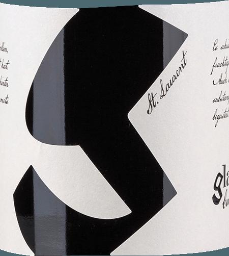 Aus dem österreichischen Weinanbaugebiet Carnuntum kommt der rebsortenreine, kraftvolleSankt Laurent von Glatzer. In einem tiefen Kirschrot mit violetten Reflexen präsentiert sich dieser Wein im Glas. Das duftige Bouquet umschmeichelt die Nase mit einem fruchtbetonten Bouquet - saftige Kirsche verschmelzen mit dunklen Beeren (Brombeere, Heidelbeere und schwarze Johannisbeere) und feinen Nuancen nach würziger Eiche. Mit guter Fülle und pikanter Frucht - es treten insbesondere Weichselkirschen in den Vordergrund - überzeugt dieser österreichische Rotwein den Gaumen. Die wundervoll fleischige Textur wird von einem kraftvollen Körper umhüllt und begleitet in ein elegantes und angenehm langes Finale. Vinifikation des Glatzer St. Laurent Aus unterschiedlichen Lagen im Carnuntum stammen die Sankt Laurent Trauben für diesen Rotwein. Bei optimaler Reife werden die Beeren gelesen und umgehend in den Weinkeller von Glatzer gebracht. Dort wird die Maische zunächst in Edelstahltanks vergoren. Anschließend verbleibt dieser Wein für 2 Wochen auf der Maische - dabei wir der Tresterkuchen regelmäßig überflutet. Nach der Maischestandzeit wird dieser Rotwein gepresst und durchläuft den biologischen Säureabbau. Damit dieser Wein harmonisch abrunden kann, wird dieser für 12 Monate in gebrauchten Barriques ausgebaut. Speiseempfehlung für den Sankt Laurent Weingut Glatzer Genießen Sie diesen trockenen Rotwein zu klassischem Schweinbraten mit Kartoffelklößen und Blaukraut, pikanten Eintöpfen, klassischer Spaghetti Bolognese oder auch zu ausgewählten Wurst- und Käsespezialitäten.