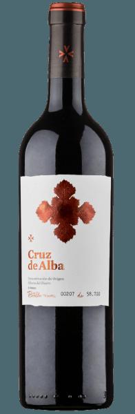 Der Cruz de Alba Crianza Ribera del Duero DO von Bodegas Ramón Bilbao verkörpert das neue Konzept von Ramón Bilbao - weich, fruchtbetont und sehr modern. Dieser Rotwein zeigt sich im Glas in einem dunklen Rubinrot und verführt mit den Aromen von roten und schwarzen Früchten welche von dezenten Röstaromen untermalt werden. Dieser Tempranillo ist am Gaumen vollmundig und samtig weich, bevor er in einem langen und fruchtigen Nachhall endet. Vinifikation des Cruz de Alba Crianza Dieser spanische Rotwein wird aus 100% Tempranillo-Trauben hergestellt, die im Weinbaugebiet der Ribera del Duero, südlich der Rioja-Region wachsen. Der Cruz de Alba wird 15 Monate in kleinen Fässern aus französischer Eiche, in Zweit-und Drittbelegung ausgebaut und anschliessend für weitere 8 bis 10 Monate in der Flasche verfeinert. Speiseempfehlung für den Cruz de Alba Crianza Genießen Sie diesen trockenen Rotwein zu Tapas, Pasta al Forno, Milchlamm und Gerichten mit würzigen Soßen.