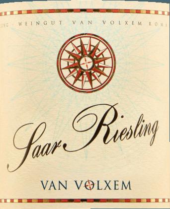 Der Van Volxem Saar Riesling von Van Volxem zählt zu den besten Rieslingen aus der Weinregion Saar. Der betörende, animierende Duft erinnert an einen delikaten Fruchtcocktail aus Mirabellen, Aprikosen und weißem, saftigem Pfirsich begleitet von dem feinen Blütenaroma von Holunder. Am Gaumen ist dieser deutsche Weißwein von einer reichhaltigen und seidigen Textur, mit einem langen und trockenen Abgang. Speiseempfehlung für den Van Volxem Saar Riesling Genießen Sie diesen trockenen Weißwein zu asiatischen Gerichten, Fisch und Meeresfrüchten oder zu Geflügel.