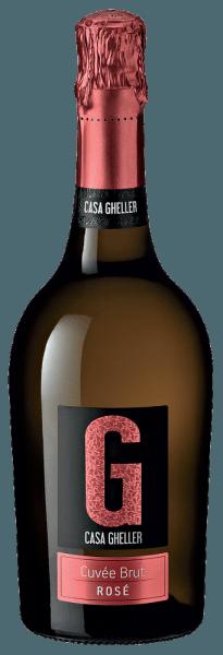 Mit dem Casa Gheller Cuvée Brut Rosé Spumante kommt ein erstklassiger Schaumwein ins Glas. Hierin offeriert er eine wunderbar brillante, platingelbe Farbe. Idealerweise in ein Sektweinglas eingegossen, präsentiert dieser Schaumwein aus der Alten Welt herrlich jugendlich und duftig Aromen nach Brombeere, schwarzer Johannisbeere, Maulbeere und Heidelbeere, abgerundet von weiteren fruchtigen Nuancen. Der Cuvée Brut Rosé Spumante kann zurecht als besonders fruchtbetont und samtig bezeichnet werden, da er mit einem wunderbar lieblichen Geschmacksprofil vinifiziert wurde. Leichtfüßig und komplex präsentiert sich dieser balancierte Schaumwein am Gaumen. Durch seine lebendige Fruchtsäure präsentiert sich der Cuvée Brut Rosé Spumante am Gaumen traumhaft frisch und lebendig. Vinifikation des Cuvée Brut Rosé Spumante von Casa Gheller Grundlage für den eleganten Cuvée Brut Rosé Spumante aus Venetien sind Trauben aus den Rebsorten Glera, Merlot und Spätburgunder. Die Trauben wachsen unter optimalen Bedingungen in Venetien. Die Reben graben hier ihre Wurzeln tief in Böden aus Sediment- und Verwitterungsgestein. Nach der Weinlese gelangen die Trauben umgehend ins Presshaus. Hier werden Sie sortiert und behutsam gemahlen. Anschließend erfolgt die Gärung im Edelstahltank bei kontrollierten Temperaturen. Der Vergärung schließt sich eine Reifung für einige Monate auf der Feinhefe an, bevor der Wein schließlich abgefüllt wird. Speiseempfehlung für den Cuvée Brut Rosé Spumante von Casa Gheller Dieser italienische Schaumwein sollte am besten sehr gut gekühlt bei 5 - 7°C genossen werden. Er passt perfekt als begleitenden Wein zu gebratene Forelle mit Ingwer-Birne, Rumtopf oder fruchtiger Endiviensalat.