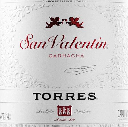 DerSan Valentin Tinto von Miguel Torres ist ein rebsortenreiner, spanischer Rotwein aus dem Anbaugebiet DO Catalunya. Dieser Wein wird ausschließlich aus der Rebsorte Grenache (100%) vinifiziert. Dieser Wein leuchtet im Glas in einem dunklen Kirschrot mit violettem Schimmer. Der San Valentin Tinto erfreut mit einem verführerischen und intensiven Bouquet nach roten Beeren, saftigen Pflaumen und getrockneten Feigen sowie Akzenten nach dezenten mediterranen Gewürznoten. Am Gaumen präsentiert sich dieser spanische Rotwein geschmeidig und seidig. Die fruchtigen Noten nach Marmelade und Brombeeren vereinen sich mit den sehr sanften Tanninen zu einem wunderbaren Tinto und entfalten sich weiter im angenehm langen Finish. Speiseempfehlung für den Torres San Valentin Tinto Dieser trockene Rotwein aus Spanien ist eine gute Wahl zu gebratenem Geflügel, würzigen Pasta- und Pizzavariationen, gereiftem Käse oder auch geräuchertem Schinken.