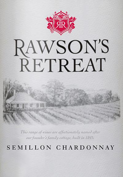 Der Semillon Chardonnay vonRawson's Retreat ist eine zartcremige Weißwein ausaus Semillon (70%) und Chardonnay (30%). Die Trauben wachsen im australischen Weinanbaugebiet South Australia. Im Glas glänzt dieser Wein in einem strahlenden Strohgelb mit glitzernden Reflexen. Das fruchtige Bouquet wird von saftigen Aromen nach süß gereiften Melonen und frischen gelben Pfirsichen dominiert. Am Gaumen präsentiert sich diese australische Cuvée zugänglich und mit reifen Nuancen von Tropenfrüchten und mit einer zarten Cremigkeit. Dieser Weißwein ist wunderbar strukturiert und unkompliziert. Speiseempfehlung für den Rawson's Retreat Semillon Chardonnay Genießen Sie diesen trockenen Weißwein aus Australien zu allerlei Gerichten mit Lachs (Lachslasagne oder auch Lachs in cremiger Sauce mit Bandnudeln) oder auch zu knusprigen Hähnchen mit süß-sauer Sauce.