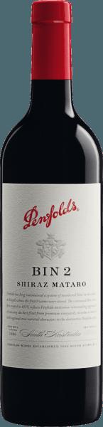 Der Bin 2 von Penfolds ist eine konzentrierte, vollmundige Rotwein-Cuvée aus den Rebsorten Mataro und Shiraz. Die Trauben für diesen Rotwein wachsen im australischen Weinanbaugebiet South Australia. Im Glas offenbart sich bei diesem Wein eine tiefdunkle, kräftige schwarzrote Farbe mit einem tiefen, purpurnen Kern. Diese Cuvée zeigt ein warmwürziges, aromatisch robustes Bouquet mit Anklängen von Feigen, Datteln, Pflaumen (Backpflaumen), Quittenpaste und Kuchengewürzen. Noten von eingemachten Blaubeeren und Brombeeren sowie Leder unterstreichen die Aromen der Nase. Am Gaumen ist dieser australische Rotwein voll und samtig mit einem mittleren bis vollen Körper und einem Geschmack, der an reichhaltige Beerenfrucht und warme Schokoladenaromen erinnert. Dezente Eichenholznoten und vornehm integriertes, feinkörniges, fast pudriges Tannin gesellen sich im Hintergrund dazu. Eine frische Säure und ein langes, molliges Finale samt würzigem Nachhall von dunklen Beeren vervollkommnen diesen Wein. Vinifikation des Penfolds Shiraz Mataro Bin 2 Die Shiraz und Mataro Trauben werden nach Herkunft getrennt, gelesen, selektiert und getrennt vinifiziert. Die Maische wird im Weinkeller von Penfolds in Edelstahltanks vergoren und nach abgeschlossenem Gärprozess reift dieser Wein für 8 Monate in Barriques aus französischer Eiche (10% neues Holz) sowie in Hogsheads aus amerikanischer Eiche. Nach dem Holzausbau wird dieser Wein zum finalen Blend vermählt und ruht noch einige Zeit auf der Flasche in den Weinkellern weiter, bevor dieser Rotwein das Weingut Penfolds verlässt. Speiseempfehlung für denBin 2 Penfolds Wir empfehlen Ihnen diesen trockenen Rotwein aus Australien zu sanft geschmortem Fleisch und Geflügel mit Tomaten wie Osso buco, Coniglio alla cacciatora (Kaninchen nach Jägerart), Kalbsrouladen in Tomatensauce oder Poulet basquais (Baskisches Hähnchen), zu provenzalischem Rinderragout (in Rotweinsauce), gebratenem Kaninchen mit Backpflaumen, gratinierten Auberginen oder Ratatouille.