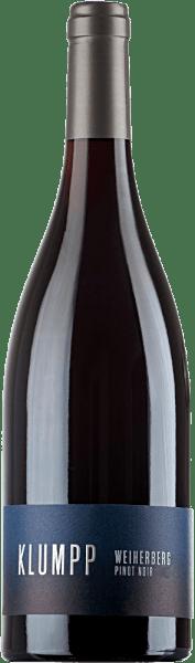 Der Pinot Noir Weiherberg von Klumpp verführt mit einem Bouquet, welches an reife Kirschen und Mokka erinnert. Diese Aromen werden von dezenten Kräuter- und Gewürznoten untermalt. Am Gaumen präsentiert sich dieser Rotwein mineralisch mit Substanz und Tiefe. Die Geschmacksnoten reichen von Kirsche und Schokolade bis zu rauchigen und würzigen Nuancen. Die samtige Tanninstruktur führt diesen belebenden und frischen Pinot Noir in ein langes und fruchtiges Finale. Vinifikation des Weiherberg Pinot Noir Die Pflanzen für diesen reinsortigen Pinot Noir stammen ursprünglich aus den Burgund. Für diesen deutschen Rotwein wurden ausschließlich Trauben aus biologischem Anbau verwendet. Speiseempfehlung für den Weiherberg Pinot Noir Genießen Sie diesen trockenen Rotwein zu gegrilltem Fleisch, Braten oder zu deftigen Gerichten mit Pilzen.