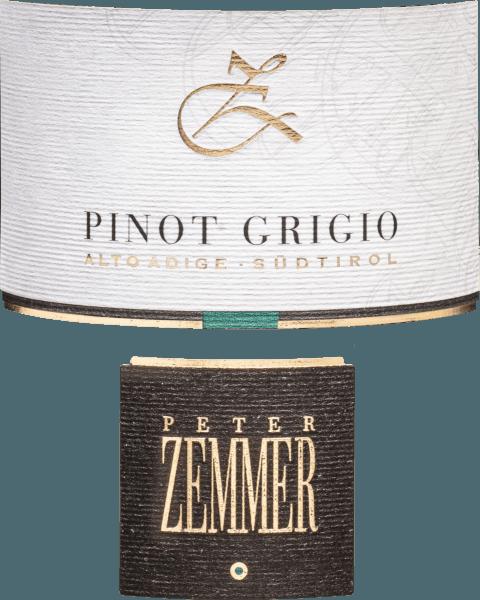 Der Zemmer Pinot Grigio aus der Weinbau-Region Alto Adige offeriert im Glas ein leuchtendes Kupfergold. ergänzt um grüngelbe Reflexe. Idealerweise in ein Weissweinglas eingegossen, offenbart dieser Weißwein aus Italien herrlich ausdrucksstarke Aromen nach Apfel, Melone und Birne, abgerundet von mediterranen Kräutern und Blumen. Dieser italienische Wein begeistert durch sein elegant trockenes Geschmacksbild und wurde mit nur 3,6 Gramm Restzucker auf die Flasche gebracht. Wie man es natürlich bei einem Wein erwarten kann, so verzückt dieser Italiener natürlich bei aller Trockenheit mit feinster Balance. Exzellenter Geschmack braucht nicht unbedingt viel Restzucker. Am Gaumen präsentiert sich die Textur dieses ausgeglichenen Weißweins wunderbar leicht. Durch die ausgeglichene Fruchtsäure schmeichelt der Peter Zemmer Pinot Grigio Südtirol mit weichem Mundgefühl, ohne es gleichzeitig an saftiger Lebendigkeit missen zu lassen. Im Abgang begeistert dieser lagerfähige Weißwein aus der Weinbauregion Trentino-Alto Adige schließlich mit guter Länge. Erneut zeigen sich wieder Anklänge an Melone und Nashi-Birne. Vinifikation des Peter Zemmer Pinot Grigio Südtirol Dieser balancierte Weißwein aus Italien wird aus der Rebsorte Grauburgunder vinifiziert. In Alto Adige wachsen die Reben, die die Trauben für diesen Wein hervorbringen auf Böden aus Sediment- und Verwitterungsgestein. Nach der Handlese gelangen die Weintrauben auf schnellstem Wege ins Presshaus. Hier werden Sie selektiert und behutsam aufgebrochen. Nach kurzer Maischestandzeit erfolgt die Gärung im Edelstahltank bei kontrollierten Temperaturen. Nach dem Ende der Gärung kann sich der Pinot Grigio von Zemmer für einige Monate auf der Feinhefe weiter harmonisieren. Speiseempfehlung für den Pinot Grigio Südtirol von Peter Zemmer Genießen Sie diesen Weißwein aus Italien am besten moderat gekühlt bei 11 - 13°C als begleitenden Wein zu Gemüsesalat mit roter Beete oder Thai-Gurkensalat. Auszeichnungen für den Pinot Grigio Südti