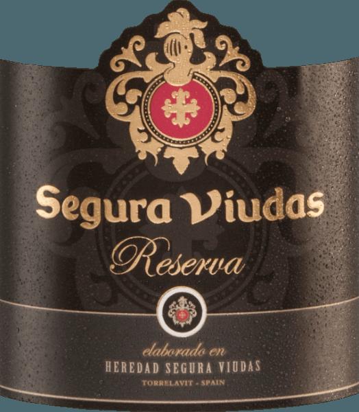 Mit dem Semi Seco Reserva von Segura Viudas bekommen Sie einen exzellenten Cava, der im Glas hellgelb funkelt. Das aromatische Bouquet offenbart Noten nach tropischen Früchten, wie saftige Passionsfrucht und frischer Zitrone, mit Anklängen an weißen Blumen. Die Aromen der Nase finden sich auch am fruchtbetonten Gaumen wieder. Dieser Schaumwein verbindet die Säure, Frische und Frucht zu einem unvergesslichen Zusammenspiel. Vinifikation des Reserva Semi Seco Dieser Cava wird aus den RebsortenMacabeo (60 %), Parellada (25 %) und Xarel-lo (15 %)vinifiziert. Die Trauben werden im September von der Hand gelesen.Die temperaturkontrollierte Gärung erfolgt im Edelstahltank. Anschließend lagert dieser Cava 15 Monate auf der Hefe. Speiseempfehlung für den Segura Viudas Semi Seco Reserva Dieser Cava ist ein Spitzen-Aperitif oder lässt sich wunderbar zu Zwiebel-Quiche, grünes Hähnchencurry oder auch zu Puten-Saltimbocca kombinieren. Auszeichnungen für den Semi Seco Reserva Mundus Vini: Silber Berliner Wein Trophy: Gold