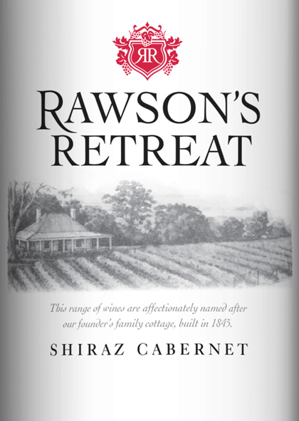 Der Shiraz Cabernet von Rawson's Retreat ist eine weiche Rotwein-Cuvée aus den RebsortenCabernet Sauvignon (60%) und Shiraz (40%). Dieser Wein präsentiert sich im Glas in einem dunklen Rot. Die Nase erfreut sich an einer frischen Aromatik nach vielen roten Beeren (insbesondere Himbeere und rote Johannisbeere) mit feinen Anklängen nach Eichenholzwürze. Dieser australische Rotwein startet am Gaumen mit den Nuancen von Himbeeren, Gewürzen, Oliven und Trüffel. Diese Noten werden abgelöst durch zartcremige Kokos- und Eichenholznoten. Weiche Tannine leiten in ein langes Finale über. Vinifikation des Rawson's Retreat Shiraz Cabernet Nach der Lese der Trauben im australischen Weinanbaugebiet South Australia, wird das Lesegut zunächst in Fässern aus amerikanischer und französischer Eiche vergoren. Nach dem abgeschlossenen Gärprozess reift dieser Rotwein für eine gewisse Zeit in Eichenholzfässern. Speiseempfehlung für den Cabernet Shiraz Rawson's Retreat Genießen Sie diesen trockenen Rotwein aus Australien zu saftigen Steaks frisch vom Grill, zum klassischen Lamm-Kebab oder auch zu würzig-pikanten Pasta-Gerichten.