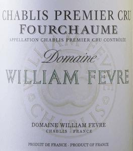 """Der Chablis Premier Cru Fourchaume Domaine von Domaine William Fèvre ist ein burgundischer Weißwein höchster Noblesse. Im Glas entfaltet sich ein sehr aromatisches Bukett mit fruchtigen und floralen Noten und sortentypischen mineralischen Nuancen im Hintergrund. Am Gaumen sehr elegant, kraftvoll, rassig und harmonisch mit schön eingebundener, ausbalancierter Säure. Langer, harmonischer Nachhall. Ein Premier Cru Chablis mit der Power eines Grand Cru! Vinifikation des Chablis Premier Cru Das Weingut Domaine William Fèvre gilt als das beste aller Chablis Weingüter. Der Chef-Önologe von William Fèvre hat es sich zur Aufgabe gemacht, den Wein durch sein Terroir """"sprechen"""" zu lassen. Die Weine überzeugen mit terroir- und sortenypischer Mineralität und Finesse. Die Chardonnay-Trauben für diesen Chablis Premier Cru werden werden in der Premier Cru-Lage Fourchaume der Domaine angebaut und streng selektiv manuell gelesen, um nur das beste Traubengut zu vinifizieren. Nach der selektiven Lese werden die Trauben schonend gepresst und temperaturgesteuert vergoren und ausgebaut. Der Wein reift 13 bis 14 Monate, davon 40 bis 50 % des Jahrgangs in gebrauchten Holzfässern aus französischer Eiche, der restliche Most in Edelstahltanks. 5 bis 6 Monate bleibt der Wein in den Holzfässern auf den Feinhefen liegen (sur lie). Der Abschluss des Ausbaus erfolgt für den fertigen Wein in kleinen Edelstahltanks. Speiseempfehlung für den Chablis Premier Cru Fourchaume von Domaine William Fèvre Dieser prachtvolle französische Chablis Premier Cru passt sehr gut zu Fisch und Schalentieren, Meeresfrüchten und Seefisch, Geflügel und weißes Fleisch, gegrillt oder mit Soßen. Er ist der ideale Belgeiter zum Hünchen von Bresse mit Tarragon-Soße mit Zwiebeln und Knoblauch. Auszeichnungen The Wine Advocat Robert Parker: 90-92 Punkte für 2015 Stephen Tanzer: 92-95 Punkte für 2015 Wine Spectator: 93 Punkte für 2014"""