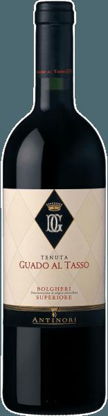 Der Guado al Tasso Bolgheri Superiore DOC von Tenuta Guado al Tasso ist das Flaggschiff des Bolgheri-Weingutes der legendären Familie Antinori. Dieser einzigartige Rotwein verströmt Nuancen von reifen roten und schwarzen Beerenfrüchten und dunkler Schokolade, ergänzt um würzige Röstaromen und aromatischen Arabica-Kaffee. Am Gaumen begeistert er durch Komplexität und Ausgewogenheit, Elelganz und Gradlinigkeit, exzellente Struktur mit sanften Tanninen. Der sehr lang anhaltende Abgang steht in Einklang mit den Aromen und schenkt einen genussvollen Nachhall. Vinifikation des Guado al Tasso Bolgheri Superiore DOC von Guado al Tasso Für diesen Bolgheri Superiore werden Merlot, Syrah und Cabernet Sauvignon, manchmal auch ein klein wenig Petit Verdot, in einer Cuvée vinifiziert. Der preisgekrönte und renommierte Terroir-Wein der Tenuta Guado al Tasso wird seit 1990produziert. Die Trauben werden sorgfältig manuell gelesen, im Weinkeller entrappt und selektiert bevor sie nach Rebsorten getrennt gepresst werden. Die alkoholische Gärung und Mazeration der einzelnen Sorten erfolgen in Edelstahltanks bei kontrollierter Temperatut für einen Zeitraum von 15 bis 20 Tagen. In dieser Zeit wird der Schalenhut untergehoben und dem Wein dadurch Sauerstoff zugeführt, variabel je nach Bedarf der einzelnen Rebsorten. Nach dem Abzug von den Schalen, werden die Weine in neue Barriques umgefüllt, in denen sich bis Jahresende die malolaktische Gärung vollzieht, der sich dann der Ausbau über 18 Monate anschließt. Nach sorgfältiger Kontrolle jeder einzelnen Barrique werden die Cuvée der Weine vorgenommen und der Guado al Tasso Bolgheri Superiore in Flaschen abgefüllt, in denen er dann weitere 10 Monate reift, bevor er in den Handel kommt. Speiseempfehlungen für den Guado al Tasso Bolgheri Superiore von Guado al Tasso Genießen Sie diesen herrlichen Bolgheri Terroir-Wein als perfekten Begleiter zu geschmortem und gegrilltem Fleisch, Wild, mittelreife Käsesorten, zu rustikalen Gerichten der toskanis