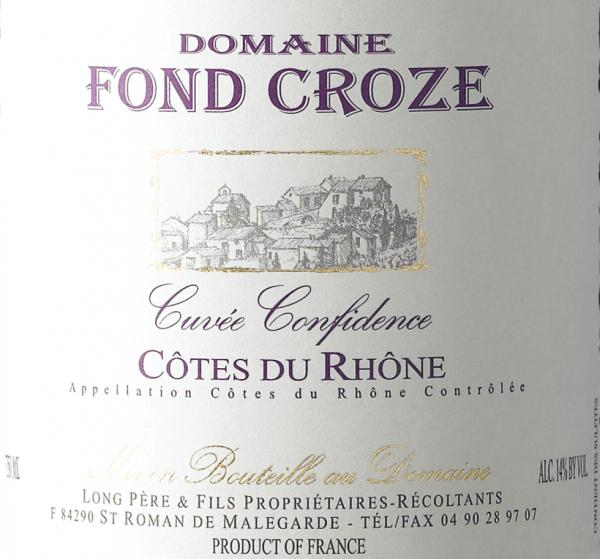 Mit dem Domaine Fond Croze Cuvée Confidence Rouge Côtes du Rhône kommt ein erstklassiger Rotwein ins geschwenkte Glas. Hierin zeigt er eine wunderbar dichte, purpurrote Farbe. Die erste Nase des Cuvée Confidence Rouge Côtes du Rhône präsentiert Nuancen von Heidelbeeren, Schwarzkirschen und schwarze Johannisbeeren. Den fruchtigen Komponenten des Bouquets gesellen sich noch mehr fruchtig-balsamische Nuancen hinzu. Dieser trockene Rotwein von Domaine Fond Croze ist genau das Richtige für Puristen, die es absolut trocken mögen. Der Cuvée Confidence Rouge Côtes du Rhône kommt dem bereits recht nah, wurde er doch mit gerade einmal 1,5 Gramm Restzucker gekeltert. Am Gaumen präsentiert sich die Textur dieses druckvollen Rotweins wunderbar samtig und fleischig. Durch die moderate Fruchtsäure schmeichelt der Cuvée Confidence Rouge Côtes du Rhône mit weichem Mundgefühl, ohne es dabei an saftiger Lebendigkeit missen zu lassen. Im Abgang begeistert dieser Rotwein aus der Weinbauregion Nördliches Rhône-Tal schließlich mit guter Länge. Erneut zeigen sich wieder Anklänge an Schwarzkirsche und Schattenmorelle. Vinifikation des Domaine Fond Croze Cuvée Confidence Rouge Côtes du Rhône Basis für die erstklassige und wunderbar kraftvolle Cuvée Cuvée Confidence Rouge Côtes du Rhône von Domaine Fond Croze sind Garnacha und Syrah Trauben. Nach der Weinlese gelangen die Trauben auf schnellstem Wege in die Kellerei. Hier werden Sie sortiert und behutsam aufgebrochen. Es folgt die Gärung im Edelstahltank und Beton bei kontrollierten Temperaturen. Nach dem Abschluss der Gärung kann sich der Cuvée Confidence Rouge Côtes du Rhône für 24 Monate auf der Feinhefe weiter harmonisieren.. Speiseempfehlung zum Domaine Fond Croze Cuvée Confidence Rouge Côtes du Rhône Genießen Sie diesen Rotwein aus Frankreich am besten temperiert bei 15 - 18°C als begleitenden Wein zu Kabeljau mit Gurken-Senf-Gemüse, Spaghetti mit Kapern-Tomaten-Sauce oder Kalbstafelspitz mit Bohnen und Tomaten.