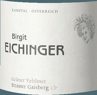 Der Ried Strasser Gaisberg Grüner Veltliner Erste Lage Kamptal DAC von Birgit Eichinger aus Niederösterreich präsentiert im Glas eine leuchtende, platingelbe Farbe. Schwenkt man das Weinglas, dann kann man bei diesem Weißwein eine erstklassige Balance wahrnehmen, denn er zeichnet sich an den Wänden des Glases weder wässrig noch sirup- oder likörartig ab. Dieser sortenreine österreichische Wein offenbart im Glas herrlich komplex Noten von Sternfrüchten, Gallia-Melone, Ananas und Physalis. Hinzu gesellen sich Anklänge von Vollnuss-Schokolade, Walnuss und Bitterschokolade. Dieser trockene Weißwein von Birgit Eichinger ist für Puristen, die es absolut trocken mögen. Der Ried Strasser Gaisberg Grüner Veltliner Erste Lage Kamptal DAC kommt dem bereits sehr nahe, wurde er doch mit gerade einmal 2,1 Gramm Restzucker vinifiziert. Ausgeglichenen und komplex präsentiert sich dieser wuchtige Weißwein am Gaumen. Durch seine vitale Fruchtsäure präsentiert sich der Ried Strasser Gaisberg Grüner Veltliner Erste Lage Kamptal DAC am Gaumen beeindruckend frisch und lebendig. Im Abgang begeistert dieser lagerfähige Weißwein aus der Weinbauregion Niederösterreich schließlich mit beachtlicher Länge. Es zeigen sich erneut Anklänge an Mango und Sternfrucht. Im Nachhall gesellen sich noch mineralische Noten der von Sand und Lössboden dominierten Böden hinzu. Vinifikation des Birgit Eichinger Ried Strasser Gaisberg Grüner Veltliner Erste Lage Kamptal DAC Dieser Wein legt den Augenmerk klar auf eine Rebsorte, und zwar auf den Grünen Veltliner. Für diesen außergewöhnlich balancierten sortenreinen Wein von Birgit Eichinger wurde nur makelloses Traubenmaterial verwendet. Die Trauben wachsen unter optimalen Bedingungen in Niederösterreich. Die Reben graben hier ihre Wurzeln tief in Böden aus Sand und Lössboden. Der Ried Strasser Gaisberg Grüner Veltliner Erste Lage Kamptal DAC ist ein Alte Welt-Wein durch und durch, denn dieser Österreicher atmet einen außergewöhnlichen europäischen Charme, der g