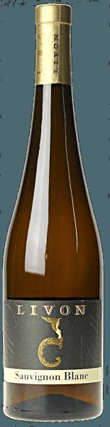 Der Sauvignon Blanc Collio DOC von Aziende Agricole Livon strahlt Strohgelb bis Goldfarben im Glas, immer mit leicht grünlichen Reflexen. Das intensive und charakteristische Bouquet ist wunderbar ausgewogen und duftet nach Paprika, Melonen und tropischen Früchten, ein Fächer von perfekt harmonisierenden Aromen. Am Gaumen präsentiert sich dieser Sauvignon Blanc aus dem Collio angenehm trocken, von guter Struktur, üppig und vollmundig. Der Abgang ist elegant und lang anhaltend. Vinifikation des Sauvignon Blanc Collio DOC von Livon In den Weinbergen der Gemeinde Dolegna del Collio wachsen die Sauvignon-Trauben für diesen Weißwein auf mergelig-lehmigem Boden. Per Hand gelesen, maischen die Trauben für acht Stunden bei kalter Temperatur in der horizontalen Presse, anschließend wird der Most durch natürliche Dekantierung abgeklärt. Die Gärung findet in Stahltanks bei einer kontrollierten Temperatur von 18° C statt. Der so erhaltene Wein verbleibt nach der Gärung für etwa 5 Monate in denselben Behältern bei konstanter Temperatur. Abschließend wird der Wein in Flaschen abgefüllt, wo er noch eine gewisse Zeit nachreift bevor er in den Verkauf kommt.Der Sauvignon Blanc Collio von Livon kann 4 bis 5 Jahre gelagert werden. Speisemepfehlungen für den Sauvignon Blanc Collio DOC von Livon Genießen Sie diesen schönen Wein mit seinen intensiven Aromen zu vegetarischen Risottos, schmackhaften Pastagerichten. Insbeonsdere passt er zu Meeresfrüchten und Krustentieren.Beste Serviertemperatur bei 11° bis 12°C.