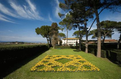 Blick auf den Garten und Villa