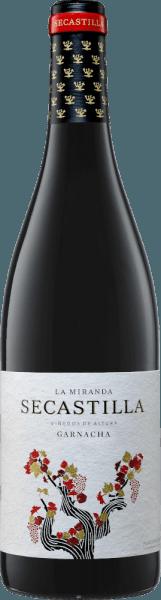 DerLa Miranda de Secastilla Garnacha Tinta vonViñas del Vero wird ausschließlich aus Garnacha Tinta Trauben vinifiziert, die im spanischen Anbaugebiet DO Somontano wachsen. Im Glas schimmert dieser Wein in einem dunklen Purpurrot mit granatroten Reflexen. Dieser spanische Rotweinbeeindruckt mit einem Bouquet voll floraler Aromen nach Veilchen und blauen Blumen - unterlegt von Noten nach Kirschen und saftig roten Beeren. Am Gaumen beginnt dieser Wein zunächst sanft mit einer beerigen Fruchtfülle und entwickelt dann einen vollmundigen, saftigen Körper mit guter Struktur. Das Finale ist sehr verführerisch mit schöner Länge. Vinifikation desViñas del Vero Garnacha La Miranda de Secastilla Nach der sorgsamen Lese der Trauben wird das Lesegut im Weinkeller streng selektiert, eingemaischt und wird in Edelstahltanks bei kontrollierter Temperatur (25 Grad Celsius) vergoren. Nach der alkoholischen Gärung und dem biologischen Säureabbau, ruht dieser Wein für 8 Monate in Fässern aus französischer Eiche. Speiseempfehlung für den La Miranda de Secastilla Garnacha Genießen Sie diesen trockenen Rotwein aus Spanien zu rotem Fleisch, mediterranen Eintöpfen oder auch zu gereiften Käsesorten.