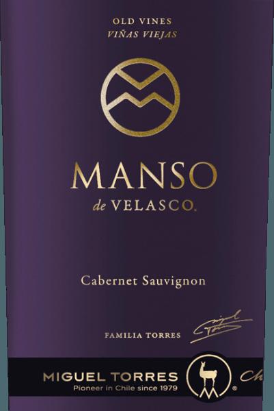 Dieser reinsortige Einzellagen Cabernet Sauvignon mit seiner intensiven, tiefdunklen rubinroten Färbung ist eine Hommage an den Manso de Velasco - dem berühmten spanischen Gouverneur und Gründer der Stadt Cúrico. Der Manso de Velasco Cabernet Sauvignon von Miguel Torres Chile verwöhnt mit einem exquisiten, fruchtig-würzigen Bouquet, welches die klassischen Rebsortenaromen nach Brombeeren, Waldbeerkonfitüre, feinen Ledernoten und reifen dunklen Früchten preisgibt. Kraftvoll und einzigartig elegant zugleich präsentiert sich dieser chilenische Rotwein am Gaumen. Der Geschmack wird durch ein samtweich gereiftes Tannin und einen herrlich langen, nachhaltigen Nachhall samt aromatischem Nachklang von Gewürzen, feinen Röstnoten und dunkler Frucht gekrönt. Vinifikation des Torres Cabernet Sauvignon Manso de Velasco Anfang Mai beginnt die sorgsame Lese der Trauben im Valle de Curico. Das Lesegut wird umgehend in den Weinkeller gebracht und dort streng selektiert. Danach wird die Maische in Edelstahltanks für 7 Tage bei 30 Grad Celsius vergoren. Anschließend bleibt dieser Wein einige Wochen in den Tanks auf den Beerenhäuten, damit diesen auf sanfte Art die Farbe, die vielfältigen Aromen und die Tannine entzogen werden können. Abschließend wird dieser Wein abgezogen und reift für insgesamt 18 Monate in Fässern aus französischer Nevers-Eiche (70% neues Holz). Speiseempfehlung für den Manso de Velasco Torres Cabernet Sauvignon Wir empfehlen ihnen diesen trockenen Rotwein aus Chile zu gebratenem Fleisch wie Ente oder Wildgerichten und zu würzig gereiftem Schafskäsesorten. Auszeichnungen für den Manso de Velasco von Torres Robert M. Parker - Wine Advocate: 92 Punkte für 2013