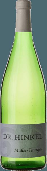 Dieser Weiße betört mit einem würzigen und floralen Bouquet nach Rosen. Feinsaftig und klar zeigt sich der Müller-ThurgauvonDr. Hinkel am Gaumen. Der Geschmack wird von einem intensiver werdenden Rosenblattduft und einer herben und feinwürzigen Fruchtsüße untermalt. Der lebendig frische Müller-Thurgau mild von Dr. Hinkel begeistert mit toller Balance und kompaktem Körper.
