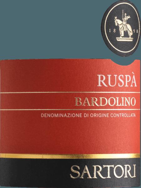 Mit dem Sartori di Verona Ruspa Bardolino kommt ein erstklassiger Rotwein ins Glas. Hierin offenbart er eine wunderbar brillante, rubinrote Farbe. Der Nase offenbart dieser Sartori di Verona-Rotwein allerlei Schattenmorellen, Schwarzkirschen, Zwetschken, Heidelbeeren und Pflaumen. Dieser Rotwein ist genau das Richtige für Weinliebhaber, die es absolut trocken mögen. Der Ruspa Bardolino kommt dem bereits sehr nahe, wurde er doch mit gerade einmal 5,1 Gramm Restzucker vinifiziert. Am Gaumen präsentiert sich die Textur dieses leichtfüßigen Rotweins wunderbar leicht. Durch die moderate Fruchtsäure schmeichelt der Ruspa Bardolino mit samtigem Mundgefühl, ohne es dabei an Frische missen zu lassen. Im Abgang begeistert dieser lagerfähige Rotwein aus der Weinbauregion Venetien schließlich mit guter Länge. Erneut zeigen sich wieder Anklänge an Maulbeere und Heidelbeere. Vinifikation des Sartori di Verona Ruspa Bardolino Basis für die erstklassige und wunderbar elegante Cuvée Ruspa Bardolino von Sartori di Verona sind Corvina, Molinara und Rondinella Trauben. Nach der Lese gelangen die Trauben zügig ins Presshaus. Hier werden Sie selektiert und behutsam gemahlen. Es folgt die Gärung im Edelstahltank bei kontrollierten Temperaturen. Nach ihrem Ende kann sich der Ruspa Bardolino für einige Monate auf der Feinhefe weiter harmonisieren.. Speiseempfehlung für den Ruspa Bardolino von Sartori di Verona Dieser Rotwein aus Italien sollte am besten temperiert bei 15 - 18°C genossen werden. Er eignet sich perfekt als Begleiter zu Ossobusco, gebackenen Schafskäse-Päckchen oder Pflaumenmus.