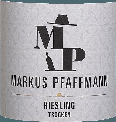 Der leichtfüßige MP Riesling Markus Pfaffmann fließt mit brillantem Hellgelb ins Glas. Dieser sortenreine deutsche Wein schmeichelt im Glas herrlich ausdrucksstarke Noten von Limetten, Pink Grapefruit, weißen Johannisbeeren und Grapefruits. Hinzu gesellen sich Anklänge von grüne Paprika, Liebstöckel und Garrigue. Am Gaumen eröffnet der MP Riesling von Markus Pfaffmann angengehmaromatisch, fruchtbetont und balanciert.Trotz seines trockenen Auftretens am Gaumen begeistert dieser Weißwein mit feinstem Schmelz und fein eingewobener Restsüße. Am Gaumen präsentiert sich die Textur dieses leichtfüßigen Weißweins wunderbar dicht. Durch seine lebendige Fruchtsäure offenbart sich der MP Riesling am Gaumen herrlich frisch und lebendig. Das Finale dieses Weißweins aus der Weinbauregion Pfalz überzeugt schließlich mit beachtlichem Nachhall. Vinifikation des Markus Pfaffmann MP Riesling Der elegante MP Riesling aus Deutschland ist ein reinsortiger Wein, gekeltert aus der Rebsorte Riesling. Nach der Lese gelangen die Trauben zügig in die Kellerei. Hier werden sie selektiert und behutsam aufgebrochen. Anschließend erfolgt die Gärung im Edelstahltank bei kontrollierten Temperaturen. Der Vergärung schließt sich eine Reifung für einige Monate auf der Feinhefe an, bevor der Wein schließlich abgezogen wird. Speiseempfehlung für den MP Riesling von Markus Pfaffmann Dieser deutsche Weißwein sollte am besten gut gekühlt bei 8 - 10°C genossen werden. Er passt perfekt als Begleiter zu Gemüsetopf mit Pesto, Spargelsalat mit Quinoa oder Kürbis-Auflauf.