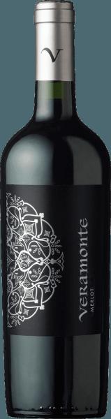 Mit dem Veramonte Merlot kommt ein erstklassiger Rotwein ins Weinglas. Hierin zeigt er eine wunderbar dichte, purpurrote Farbe. In ein Rotweinglas eingegossen, zeigt dieser Rotwein aus Chile herrlich ausdrucksstarke Aromen nach Heidelbeere, Maulbeere, Brombeere und Schwarzer Johannisbeere, abgerundet von orientalischen Gewürzen, Bitterschokolade und Kakaobohne, die der Ausbau im Holzfass beisteuert. Dieser Wein begeistert durch sein elegant trockenes Geschmacksbild. Er wurde mit außergewöhnlich wenig Restzucker auf die Flasche gebracht. Hier handelt es sich um einen echten Qualitätswein, der sich klar von einfacheren Qualitäten abhebt und so verzückt dieser Chilene natürlich bei aller Trockenheit mit feinster Balance. Aroma braucht eben nicht unbedingt Zucker. Auf der Zunge zeichnet sich dieser druckvolle Rotwein durch eine ungemein dichte Textur aus. Das Finale dieses jugendlichen Rotwein aus der Weinbauregion Aconcagua, genauer gesagt aus Valle de Casablanca, überzeugt schließlich mit beachtlichem Nachhall. Der Abgang wird zudem von mineralischen Noten der von Ton und Granit dominierten Böden begleitet. Vinifikation des Veramonte Merlot Dieser kraftvolle Rotwein aus Chile wird aus der Rebsorte Merlot vinifiziert. Die Trauben wachsen unter optimalen Bedingungen in Aconcagua. Die Reben graben hier ihre Wurzeln tief in Böden aus Granit und Ton. Nach der Lese gelangen die Trauben zügig ins Presshaus. Hier werden sie selektiert und behutsam gemahlen. Anschließend erfolgt die Gärung im kleinen Holz bei kontrollierten Temperaturen. Der Vergärung schließt sich eine Reifung über 8 Monate in Fässern aus Eichenholz an. Speiseempfehlung zum Veramonte Merlot Genießen Sie diesen Rotwein aus Chile am besten temperiert bei 15 - 18°C als Begleiter zu Kohl-Rouladen, Kabeljau mit Gurken-Senf-Gemüse oder Lauchsuppe.