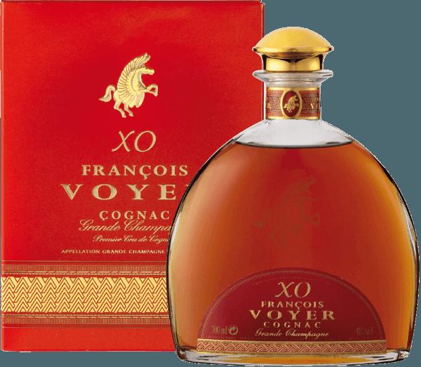 Der XO François Voyer Gold Cognac Grande Champagne von François Voyer besticht mit einer rubin-braunen Farbe und mahagonifarbenen Reflexen. Der außergewöhnliche Weinbrandverführt mit intensiven floralen Noten, die über Holz- und Gewürztöne dominieren. Die lange Lagerung in Eichenfässern verleiht ihm Harmonie und die Charakteristik eines hervorragend alten Cognacs. Der über alle Maßen elegante und raffinierte Geschmack glänzt mit einer Fülle an Aromen wie Vanille, getrockneten Früchten, Ingwer und Walnüssen. Sie vermischen sich mit subtilen Anklängen von Pfeffer, Gewürzen und Holz. Der holzige Geschmack wird von Anklängen getrockneter Früchte und Vanille im lang anhaltenden und komplexen Abgang erweitert. Servierempfehlung für den XO François Voyer Gold Cognac Grande Champagne von François Voyer Genießen Sie ihn unverdünnt oder mit Eiswürfeln, nach dem er sich für 10 Minuten im Glas erwärmen konnte.
