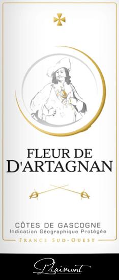 Der Fleur de d'Artagnan Rosé von Plaimont zeigt sich mit herrlicher lachsroter Farbe im Glas. Hier entfalten sich die ausdrucksstarken Aromen von süßen und reifen Beeren, wie Himbeeren, Erdbeeren, Heidelbeeren und Johannisbeeren. Diese beerigen Noten werden abgerundet durch einen feinen Hauch Pfeffer und exotische Anklängen. Diese ausgewogene Cuvée überzeugt am Gaumen mit viel Saft und Fülle und einem lebendigen und frischen Eindruck. Im Abgang des Fleur de d'Artagnan Rosé sind dezent blumig-pfeffrige Nuancen wahrzunehmen. Der ideale Wein, um Sommerabende auf der Terrasse oder bei einer Grillparty zu genießen! Vinifikation des Fleur de d'Artagnan Rosé Diese französische Cuvée aus der Gasgogne wird zu 70% aus Merlot und zu 30% aus Cabernet Sauvignon vinifiziert. Die Trauben werden nach der Lese entrappt, eingemaischt und nach einer gewissen Standzeit sanft gepresst. Der entstandene Most wird kalt im Edelstahltank vergoren, was für Frische und Fruchtigkeit dieses Weines sorgt. Die Weinserie Fleur de d'Artagnan der Kellerei Plaimont umfasst Weine von außerordentlicher Frische, Klarheit und Fruchtigkeit mit einem ehrlichen Rebsortencharakter. Dabei setzt man vor allem auf regionale Rebsorten. Die temperamentvollen Weine sollen dem berühmten Musketier d'Artagnan, dessen Bildnis das Etikett ziert, ein beeindruckendes Denkmal setzen. Speiseempfehlung zum Fleur de d'Artagnan Rosé von Plaimont Genießen Sie diesen trockenen Rosé aus Südfrankreich zu frischen Salaten, zu Gegrilltem oder fruchtigen Desserts.
