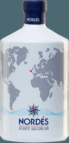 Der Atlantic Galician Gin von Nordéshält ein äußerst blumiges, an ein sommerliches Parfum erinnerndes, Bouquet bereit. Frische Zitrone wird sehr dezent von Wacholder untermalt. Auch am Gaumen präsentiert dieser spanische Gin einen blumigen, duftigen und kräutrig Charakter. Wacholder ist zu schmecken sowie kühlender Eukalyptus. Der lange, kräftige Abgang ist eine Zusammenfassung der ersten Eindrücke, erweitert um dezent holzige Nuancen.Insgesamt ist dies enorm leichter und filigraner, animierend lebhafter Gin mit viel Frische! Herstellungsverfahren des Nordés Atlantic Galician Gin Als Basis für den Gin dient die spanische Weißweintraube Albarino. Das aus der Traube entstandene Destillat wird mit 12 lokalen und importierten Kräutern und Zutaten aromatisiert. Dazu gehören neben Wacholder, auch Zitronengras, Queller, Lorbeerblatt, Eukalyptus, Kardamom, Pfefferminze, Ingwer, Hibiskus, schwarzer Ceylontee, Salbei und Chinarinde. Dafür werden zunächst alle botanischen Bestandteile separat dreifach destilliert und schließlich in einerfinalen Destillation in der Kupferbrennblase zusammengeführt, wo sie wunderbar miteinander verschmelzen. Serviervorschlag für den Atlantic Galician Gin von Nordés Dieser Gin aus Spanien ist wunderbarer Digestif, egal ob pur, als Gin Tonic oder in Gin-basierten Shortdrinks.