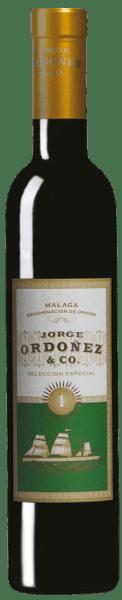 Der N° 1 Selección Especial von Jorge Ordonez & Coist ein rassiger Dessertwein aus 100% Moscateltrauben. Im Glas erstrahlt er in einem hellen Gold. Die beeindruckende und intensive Aromenvielfalt dieses spanischen Süßweins aus Malagareicht von frischen Orangennoten über exotische Gewürze, bis hin zu blumigen und moschusartigen Anklängen. Am Gaumen zeigt er sich kraftvoll, und warm, mit langem, aromatischem Nachhall. Herstellung des N°1 Selección Especial von Jorge Ordonez & Co Dieser spanische Süßwein wird aus 100% Muskateller-Trauben der Rebsorte Muskatel d'Alexandria hergestellt. Der Weinberg, von dem die Trauben für den N° 1 Selección Especial kommen, wurde 1920 angelegt. Die Spätlese wird sorgfältig gelesen, der Most wird in Edelstahl vergoren und anschließend 8 Monate in Edelstahl auf den Feinhefen ausgebaut. Es werden 3,75 kg Trauben für die Herstellung einer 375 ml Flasche benötigt. Speiseempfehlung für denN°1 Selección Especial von Jorge Ordonez & Co Genießen Sie diesen herrlichen Süßwein aus Spaniens Süden mit würzigem Käse, Edelschimmelkäse wie Tomme de Savoie oder Roquefort, Gänseleberpastete oder zu Eiscreme oder Creme Brulé. Auszeichnungen des N°1 Selección Especial von Jorge Ordonez & Co Vinous - 91 Punkte