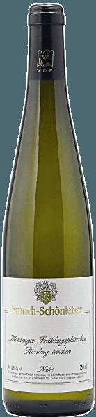 Im Glas präsentiert der Frühtau Monzinger Riesling von Emrich-Schönleber eine brillant schimmernde hellgelbe Farbe. Nach dem ersten Schwenken, in ein Weissweinglas eingegossen, offenbart dieser Weißwein aus der Alten Welt herrlich ausdrucksstarke Aromen nach Birne, Linde, Zitronengras und Nektarine, abgerundet von Garrigue, Liebstöckel und Wacholder. Dieser Weiße von Emrich-Schönleber ist die richtige Wahl für alle Wein-Genießer, die möglichst wenig Restzucker im Wein mögen. Dabei zeigt er sich aber nie karg oder spröde, wie man es natürlich bei einem Wein im Spitzenweinbereich erwarten kann. Durch seine prägnante Fruchtsäure offenbart sich der Frühtau Monzinger Riesling am Gaumen außergewöhnlich frisch und lebendig. Vinifikation des Emrich-Schönleber Frühtau Monzinger Riesling Der elegante Frühtau Monzinger Riesling aus Deutschland ist ein reinsortiger Wein, hergestellt aus der Rebsorte Riesling. Die Trauben wachsen unter optimalen Bedingungen in der Nahe. Die Reben graben hier ihre Wurzeln tief in Böden aus Schiefer. Der Frühtau Monzinger Riesling ist ein Alte Welt-Wein durch und durch, denn dieser Deutsche Wein versprüht einen außergewöhnlichen europäischen Charme, der ganz klar den Erfolg von Weinen aus der Alten Welt unterstreicht. Nach der Handlese gelangen die Trauben auf schnellstem Wege in die Kellerei. Hier werden sie sortiert und behutsam gemahlen. Anschließend erfolgt die Gärung im Edelstahltank bei kontrollierten Temperaturen. Der Vergärung schließt sich eine Reifung für einige Monate auf der Feinhefe an, bevor der Wein schließlich abgefüllt wird. Speiseempfehlung für den Frühtau Monzinger Riesling von Emrich-Schönleber Dieser Deutsche Wein sollte am besten moderat gekühlt bei 11 - 13°C genossen werden. Er eignet sich perfekt als begleitender Wein zu Rote Zwiebeln gefüllt mit Couscous und Aprikosen, Rucola-Penne oder Lauch-Tortilla.