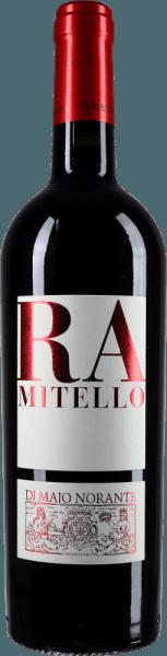 Der Ramitello Biferno Rosso DOC von Di Majo Norante zeigt sich intensiv Rubinrot mit violetten Reflexen im Glas. Das Bouquet offenbart Duftnoten von reifen Weichselkirschen, saftigen Brombeeren und weitere dunkle Waldbeeren, Pflaume, Waldboden und Anklänge von Leder und Süßholz. Am Gaumen ist dieser Rotwein aus dem Molise traumhaft rund, saftig, vollmundig, die fruchtigen und würzigen Geschmacksnuancen sind perfekt eingespielt, die Balance zwischen reifem Tannin und lebendiger Fruchtsäure macht den Ramitello zu einer echten Topcuvée. Vinifikation des Ramitello Biferno Rosso DOC von Di Majo Norante Dieser rote Cru von Di Majo Norante entsteht aus Montepulciano d'Abruzzo 80% und Aglianico del Molise 20%, die im Weinberge Ramitello in Campomarino auf tonhaltigen Böden wachsen, die Rebstöcke sind durchschnittlich 10 Jahre alt. Nach der manuellen Lese Ende Oktober mazerieren die Trauben für die Dauer von ungefähr einem Monat in Kontakt mit den Schalen. Nach der Gärung und der vollständigen malolaktischen Gärung wird der Wein in Holzfässern und in Edelstahl ausgebaut. Abschließend lagert er noch mindestens 6 Monate in der Flasche. Speiseempfehlung für den Ramitello Biferno Rosso DOC von Di Majo Norante Dieser charaktervolle süditalienische Rotwein passt hervorragend zu reichhaltigen Speisen, insbesondere Fleischzubereitungen mit hellem und rotem Fleisch, Wild und gereiften Käsesorten. Am besten schmeckt er, wenn er bei 18°C serviert wird Auszeichnungen für den Ramitello Biferno Rosso von Di Majo Norante James Suckling: 91 Punkte für 2013 Vinibuoni d'Italia 2016: Corone für 2013 Robert Parker: 91 Punkte für 2012 Wine Spectator: 90 Punkte für 2011 Gambero Rosso: 2 Gläser für 2011