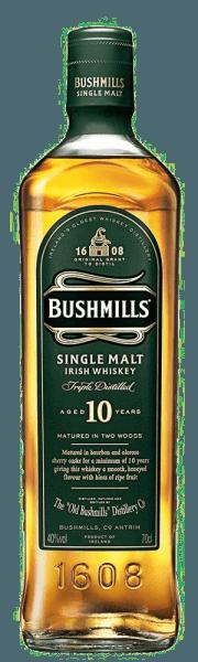 """Die Aromen des Bushmills 10 Years sind lebhaft, leicht und süßlich. Honig und reife Früchte umspielen die Nase. Im Geschmack ist dieser irische Whiskey angenehm malzig und süß, mit einem Hauch Vanille und feinen Sherrynoten. Im Abgang zeigt er sich angenehm lang, frisch und trocken. Herstellung des Bushmills 10 Years Single Malt Whiskey Wie alle Bushmills Malts wird dieser Whiskey dreimal destilliert. Nach der traditioneller Herstellung enthält die Maische ungemalzte Gerste und auf der Trocknung über dem Torfrauch wird komplett verzichtet. Der Bushmills 10 Years Single Malt Whiskey wird zu 100% aus gemälzter Gerste hergestellt, anschließend reift dieser Whiskey Großteil der 10 Jahre in Bourbonfässern und für kurze Zeit in Sherryfässern, in welchen er sein Finish erhält. Servierempfehlung für den Bushmills 10 Years Single Malt Whiskey Genießen Sie diesen Whiskey pur und bei Zimmertemperatur, was die freie und unverfälschte Entfaltung der Aromen ermöglicht. Auszeichnungen für den Bushmills 10 Years Single Malt Whiskey San Francisco World Spirits Competition: Gold (2015, 2013,2012) Wizards of Whiskey Awards: Gold (2015,2014) International Wine & Spirit Competition: """"Outstanding"""" Gold (2014)"""