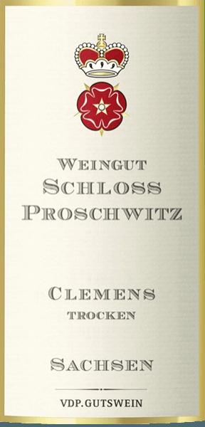 Im Glas präsentiert der Cuvée Clemens aus dem Hause Schloss Proschwitz eine brillant schimmernde hellgelbe Farbe. Diese deutsche Cuvée präsentiert im Glas herrlich ausdrucksstarke Noten von Pampelmusen, Äpfeln, Nashi-Birne und Pink Grapefruit. Hinzu gesellen sich Anklänge von weiteren Früchten. Dieser trockene Weißwein von Schloss Proschwitz ist perfekt für Weinliebhaber, die am besten 0,0 Gramm Zucker im Wein hätten. Der Cuvée Clemens kommt dem bereits sehr nahe, wurde er doch mit gerade einmal 4,2 Gramm Restzucker vinifiziert. Am Gaumen präsentiert sich die Textur dieses leichtfüßigen Weißweins wunderbar knackig. Durch seine prägnante Fruchtsäure präsentiert sich der Cuvée Clemens am Gaumen außergewöhnlich frisch und lebendig. Das Finale dieses Weißweins aus der Weinbauregion Sachsen, genauer gesagt aus Meißen, überzeugt schließlich mit gutem Nachhall. Der Abgang wird zudem von mineralischen Noten der von Löss und Granit dominierten Böden begleitet. Vinifikation des Schloss Proschwitz Cuvée Clemens Dieser elegante Weißwein aus Deutschland wird aus den Rebsorten Müller-Thurgau, Scheurebe und Weißburgunder cuvetiert. In Sachsen wachsen die Reben, die die Trauben für diesen Wein hervorbringen, auf Böden aus Granit, Silikatgestein und Löss. Wenn sie perfekt ausgereift sind, werden die Trauben für den Cuvée Clemens ohne die Hilfe grober und wenig selektiver Traubenvollernter ausschließlich von Hand geerntet. Nach der Handlese gelangen die Trauben auf schnellstem Wege ins Presshaus. Hier werden sie sortiert und behutsam gemahlen. Es folgt die Gärung im Edelstahltank bei kontrollierten Temperaturen. Der Vinifikation schließt sich eine Reifung für einige Monate auf der Feinhefe an, bevor der Wein schließlich abgezogen wird. Speiseempfehlung zum Schloss Proschwitz Cuvée Clemens Dieser deutsche Weißwein sollte am besten gut gekühlt bei 8 - 10°C genossen werden. Er eignet sich perfekt als Begleiter zu Kabeljau mit Gurken-Senf-Gemüse, Gemüsetopf mit Pesto oder Lauch-Tortilla.