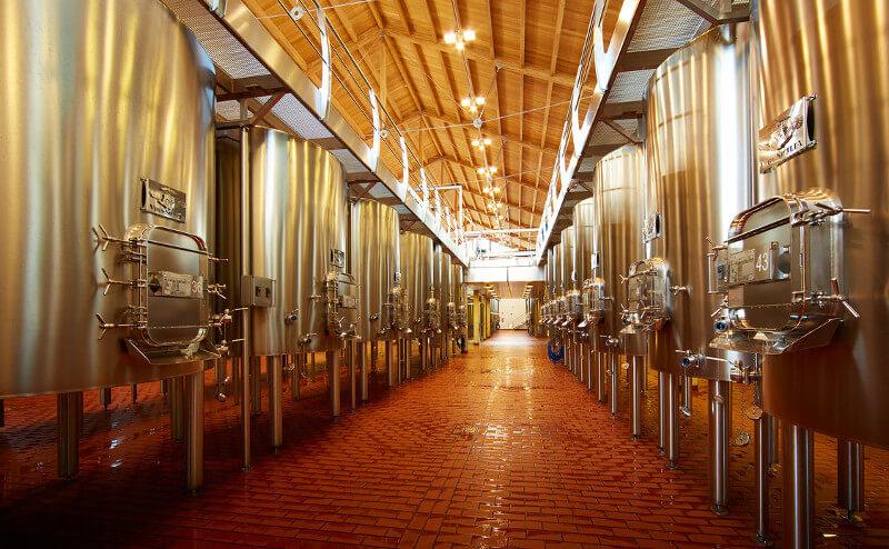 Vega Sicilia Gärtanks im Weinkeller