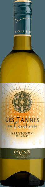 Im Glas zeigt der Sauvignon Blanc Pays d'Oc von Les Tannes en Occitanie eine brillant schimmernde hellgelbe Farbe. Die erste Nase des Sauvignon Blanc Pays d'Oc offenbart Nuancen von Schattenmorellen, Schwarzkirschen und Zwetschken. Den fruchtigen Teilen des Bouquets gesellen sich noch mehr fruchtig-balsamische Nuancen hinzu. Der Sauvignon Blanc Pays d'Oc von Les Tannes en Occitanie ist die richtige Wahl für alle Weinliebhaber, die möglichst wenig Restsüße im Wein mögen. Dabei zeigt er sich aber nie karg oder spröde, wie man es natürlich bei einem Wein jenseits der Supermärkte erwarten kann. Auf der Zunge zeichnet sich dieser leichtfüßige Weißwein durch eine ungemein leichte Textur aus. Durch die ausgeglichene Fruchtsäure schmeichelt der Sauvignon Blanc Pays d'Oc mit weichem Mundgefühl, ohne es dabei an saftiger Lebendigkeit missen zu lassen. Das Finale dieses reifungsfähigen Weißweins aus der Weinbauregion Languedoc, genauer gesagt aus Coteaux du Languedoc, begeistert schließlich mit schönem Nachhall. Vinifikation des Les Tannes en Occitanie Sauvignon Blanc Pays d'Oc Grundlage für den eleganten Sauvignon Blanc Pays d'Oc aus das Languedoc sind Trauben aus der Rebsorte Sauvignon Blanc. Nach der Lese gelangen die Trauben auf schnellstem Wege in die Kellerei. Hier werden Sie sortiert und behutsam aufgebrochen. Es folgt die Gärung im Edelstahltank bei kontrollierten Temperaturen. Nach dem Abschluss der Gärung kann sich der Sauvignon Blanc Pays d'Oc für einige Monate auf der Feinhefe weiter harmonisieren.. Speiseempfehlung zum Les Tannes en Occitanie Sauvignon Blanc Pays d'Oc Erleben Sie diesen Weißwein aus Frankreich am besten gut gekühlt bei 8 - 10°C als Begleiter zu fruchtiger Endiviensalat, Spaghetti mit Joghurt-Minz-Pesto oder Omelett mit Lachs und Fenchel.