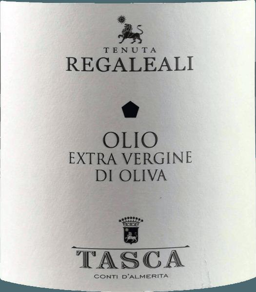 Das Olivenöl Olio Extra Vergine di Oliva von Tasca d'Almerita aus Sizilien ist ein wunderbar aromtisches natives Olivenöl, das mit goldenem Farbton und grünem Schimmer aus der Flasche kommt. Vor allem Aromen von Rosmarin und reifen sowie grünen Tomaten sind erkennbar, aber auch feine Noten von weißem Trüffel und Artischocken. Die Jugendlichkeit dieses Olivenöls der Tenuta Regaleali wird durch ein leichtes, würziges Prickeln auf der Zunge unterstrichen. Das besondere Mikroklima Siziliens verleiht diesem wunderbaren Olivenöl seine besonderen, hocharomatischen Eigenschaften. Herstellung des Olio Extra Vergine d'Oliva von Tenuta Regaleali Das Olio Extra Vergine di Oliva von Tasca d'Almerita wird aus den Nocellara und Biancolilla erzeugt, aber auch ein Teil Frantoio findet sich in der Cuvée.Die Ernte auf dem Gut Regaleali erfolgt per Hand. Noch am Erntetag werden die Oliven in die Ölpresse nach Valledolmo gebracht und kalt gepresst. Für die natürliche Dekantierphase wird das Öl in die Weinkeller gebracht und wenn im März die Kälte auf Regaleali nachlässt, wird das Öl unfiltriert in die Flaschen gefüllt.Das Weingut Tasca d'Almerita besitzt 3.000 Olivenbäume, 1.000 davon sind über 80 Jahre alt. Speiseempfehlung für das Olio Extra Vergine d'Oliva von Tasca d'Almerita Wir empfehlen dieses kalt gepresste Öl nach sizilianischer Tradition zu Gemüsesuppen, zu Pasta, gegrilltem Fleisch und frischem Salat. Ganz traditionell wird es auch zum Frittieren der traditionelle Panelle di Case Grandi, einer Art Pfannkuchen, verwendet. Auszeichnungen für das Tasca d'Almerita Olivenöl I Migliori Extra Vergine del Monde di Marco Oreggia - Guida Flos olei 2010 I Migliori Oli del Mondo - The Gourmet, Hamburg 2009