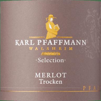 Der Merlot Selection von Karl Pfaffmann präsentiert sich im Glas in einem intensiven Rubinrot mit einem vielschichtigen Bouquet. Im Vordergrund sind die Aromen getrockneter Pflaumen, Mokka und Gewürze, welche hintergründig von Schokolade und einem Hauch Leder untermalt wird. Dieser Rotwein offenbart sich am Gaumen vollmundig und rund mit einer weichen Tanninstruktur. Dezente Holznoten führen in ein beeindruckend langes Finale. Vinifikation des Karl Pfaffmann Merlot Selection Die Rebstöcke für diesen reinsortigen Merlot wurzeln in Einzellagen auf Lößlehmböden mit Kalkeinschlüssen. Die Maischestandzeit von 12 Tagen mit täglichem Aufrühren der Maische ermöglicht eine intensive Extraktion von Aromen, Farbe und Gerbstoffen. Zu zwei Dritteln wird dieser Wein in neuen Barriquefässern und zu einem Drittel in alten Barriquefässern für 24 Monate ausgebaut. Anschließend wird dieser deutsche Merlot noch für einige Zeit in der Flasche verfeinert. Speiseempfehlung für den Pfaffmann Merlot Selection Genießen Sie diesen trockenen Rotwein zu geschmorten Fleischgerichten in Rotweinsauce oder zu einer Käseplatte.