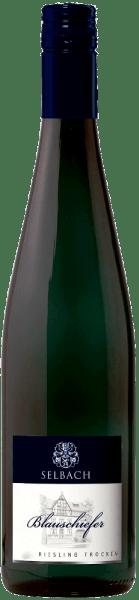 Dieser Weißwein präsentiert sich mit einer kühlen, mineralischen Nase samt Andeutungen von Frucht. Straff, klar und erfrischend zugleich zeigt sich der Blauschiefer Rieslingvon Selbach-Oster. Der schlank wirkende Körper besitzt Extraktdichte und eine gewisse Komplexität. Der Geschmack ist durch eine kräuterige Mineralität, die sich fein, aber kompakt und sogar etwas salzig zeigt, gekennzeichnet. Insgesamt ein Wein mit guter Länge und langanhaltender Mineralität.