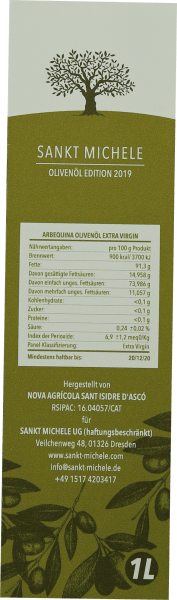 Das Extra native Arbequina Olivenöl von Sankt Michele zeigt sich in einem frischen Grün und enftaltet in der Nase ein unglaublich fruchtiges Aroma mit Anklängen von mediteranen Kräutern. Das zu 100 % sortenreine Olivenöl wird in Katalonien aus der Arbequina Olive hergestellt und hat dadurch eine sehr milden und frischen Charakter. Herstellung des Arbequina Olivenöls von Sankt Michele Die Arbequina Olive wächst im katalanischen Hochland in der Region Tarragona ohne den Zusatz von künstlichen Düngemitteln. Die Ernte beginnt frühestens Mitte November und endet im Januar. Der Erntezeitpunkt ist extrem wichtig dabei. Wenn zu früh geerntet wird, gelangen zu viele unreife Oliven in das Öl, welches dadurch bittere Noten bekommt. Alle Oliven werden per Hand gepflückt und umgehend gemahlen. Die Pressung erfolgt sanft und möglichst schonend. Speiseempfehlung zu nativen Olivenöl von Sankt Michele aus Spanien Genießen Sie das Olivenöl zu saisonalen Salaten aber auch pur zu frischem Weißbrot und einer Briese Salz ein echter Gewinn.