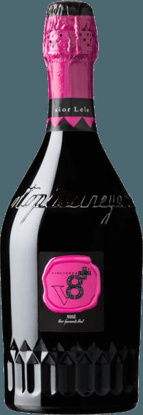 Aus diversen, separat vinifizierten roten Rebsorten wird diese herrliche Schaumwein-Cuvée Sior Lele Rosé Spumante Brut von Vineyards v8+ hergestellt. Ein kristallklares Pink mit hellrosa Glanzlichtern leuchtet bei diesem Spumante mit gleichmäßig aufsteigender Perlage im Glas. Das aromatische Bouquet wird ganz klar von frischen, reifen Beeren dominiert - insbesondere saftige Himbeere stellt sich in den Vordergrund. Die lebhafte, anregende Säure harmoniert wundervoll mit dem weichen und ausgewogenen Körper. Speiseempfehlung für denVineyards v8+ Sior Lele RoséSpumante Brut Als anregender Aperitif ist dieser Spumante aus Italien bei Hochzeiten, Geburtstagspartys oder auch Familienfeier stets ein willkommener und perfekter Gast.