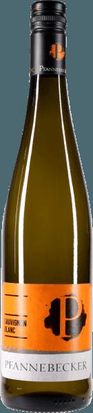 Der Sauvignon Blanc aus der Weinbau-Region Rheinhessen zeigt sich im Glas in brillant schimmerndem Hellgelb. In ein Weissweinglas eingegossen, präsentiert dieser Weißwein aus Deutschland herrlich ausdrucksstarke Aromen nach Pampelmuse, Papaya, Pink Grapefruit und Ananas, abgerundet von Garrigue, Wacholder und Liebstöckel. Am Gaumen startet der Sauvignon Blanc von Pfannebecker wunderbar aromatisch, fruchtbetont und balanciert. Durch seine vitale Fruchtsäure zeigt sich der Sauvignon Blanc am Gaumen beeindruckend frisch und lebendig. Das Finale dieses Weißwein aus der Weinbauregion Rheinhessen begeistert schließlich mit gutem Nachhall. Der Abgang wird zudem von mineralischen Noten der von Lössboden und Silikatgestein dominierten Böden begleitet. Vinifikation des Pfannebecker Sauvignon Blanc Der elegante Sauvignon Blanc aus Deutschland ist ein reinsortiger Wein, vegan vinifiziert aus der Rebsorte Sauvignon Blanc. In Rheinhessen wachsen die Reben, die die Trauben für diesen Wein hervorbringen auf Böden aus Sand, Kalkstein, Silikatgestein, Lössboden und Mergel. Nach der Lese gelangen die Trauben zügig in die Kellerei. Hier werden sie selektiert und behutsam aufgebrochen. Anschließend erfolgt die Gärung im bei kontrollierten Temperaturen. Der Gärung schließt sich eine Reifung . Speiseempfehlung zum Pfannebecker Sauvignon Blanc Dieser deutsche Weißwein sollte am besten gut gekühlt bei 8 - 10°C genossen werden. Er passt perfekt als Begleiter zu Gemüsesalat mit roter Beete, Spaghetti mit Joghurt-Minz-Pesto oder Wok-Gemüse mit Fisch. Prämierungen für den Sauvignon Blanc von Pfannebecker Neben einem sehr guten Preis-Genuss-Verhältnis kann dieser Weißwein von Pfannebecker auch mit Auszeichnungen aufwarten. Im Detail sind dies für den Jahrgang 2019 Falstaff - 89 Punkte