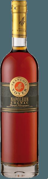 Der Napoléon Cognac Grande Champagne von Francois Voyer präsentiert sich im Glas Bernsteinfarben mit goldenem Schimmer und entfaltet sein elegantes und ausgewogenes Bouquet mit floralen Noten. Abgerundet werden diese Noten durch die Aromen von Pfirsichen, Pflaumen und Vanille. Dieser elegante Weinbrand verführt am Gaumen mit den Aromen von Waldfrüchten und Pflaumen. Servierempfehlung für den Napoléon Cognac Grande Champagne von Francois Voyer Genießen Sie diesen Cognac pur auf Eis als Begleiter zu einer Zigarre.