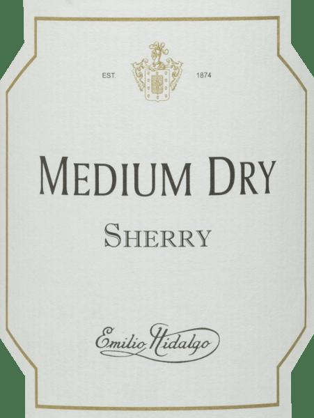 Der Medium Dry von Emilio Hidalgo ist ein bernsteinfarbener halbtrockener Sherry aus den Rebsorten Palomino (93%), Pedro Ximénez (7%). In der Nase verwöhnt dieser Sherry mit einem eleganten Bouquet nach Pflaumen, Mandeln, Walnüssen und Honig sowie etwas Karamell. Dieser Wein schmeichelt dem Gaumen mit einem eleganten, milden Geschmack von Mandeln und Haselnüssen, der eine dezente Restsüße innehat. Dies ist ein komplexer und vielfältiger Sherry mit einem feinwürzigen, langen Finale. Vinifikation des Hidalgo Medium Dry Die von Hand gelesenen Trauben werden entrappt, sanft gepresst und der daraus entstandene Most temperaturkontrolliert im Edelstahltank vergoren. Im Anschluss wird der junge Wein abgezogen, aufgespritet und zur ersten Reife in Fässer aus amerikanischer Eiche gelegt. Dabei werden die Fässer nur zu einem gewissen Teil (maximal 85%) gefüllt, sodass sich die charakteristische Flor (eine Hefeschicht) entwickeln kann, die den Wein luftdicht abschließt und ihm das sherry-spezifische Aroma verleiht. Nach erfolgter Reife wird der Wein ins traditionelle Solera-System geleitet, in welchem typgleiche Sherrys in übereinander gereihten Fässern ausgebaut werden. In den unteren Fässern (Solera) lagern hierbei die ältesten Weine, während in den oberen Reihen (Criaderas) die jüngsten Weine aufliegen. Der für den Verkauf bestimmte Sherry wird immer den unteren Fässern entnommen. Hierbei wird jedoch lediglich ein kleiner Teil (maximal ein Drittel) entnommen und der entnommene Teil sodann durch Sherry aus den oberen Reihen aufgefüllt. Das ganze Prinzip wird bis in die obersten Fässer fortgeführt, wo dem Sherry junger Wein, der Mosto, zugesetzt wird. Im Solera verliert der Amontillado an Flor und der oxidative Reifeprozess setzt ein. Während dieser Phase entwickelt er seine aromatische Fülle und die kräftige Farbe. Speiseempfehlung für denMedium Dry Emilio Hidalgo Dieser halbtrockene Sherry ist leicht gekühlt als animierender Aperitif zu genießen, aber auch als raffinierter B