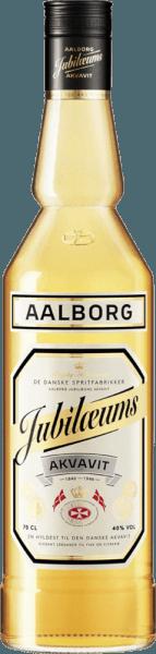 """Der Aalborg Jubiläums Akvavit erscheint im Glas in einem leuchtenden Goldgelb und präsentiert seine intensiven Aromen von Dillsamen, Koriander und einem Hauch Eiche. Am Gaumen ist dieser dänische Aquavit sehr mild mit den dominierenden Geschmacksnuancen von Dill und Koriander. Herstellung des Aalborg Jubiläums Akvavit Der Jubiläums Akvavit wird aus extrafein filtriertem Alkohol und einer Mischung aus Kräutern, Gewürzen und Samen in der Destillierblase hergestellt. Einzig der sogenannte Mittellauf des Aquavit-Destillats genügt den Ansprüchen und wird weiter verarbeitet. Seine goldgelbe Farbe und den besonderen Geschmack erhält der Jubiläums Akvavit durch die Zugabe von verschiedenen Kräutermazeraten und durch die Veredlung in Fässern aus amerikanischer Weißholzeiche. Servierempfehlung für den Aalborg Jubiläums Akvavit Genießen Sie diesen Aquavit bei Raumtemperatur oder gut gekühlt. Genießen Sie ihn pur, in Verbindung mit einem Bier als """"Wikinger- Gedeck"""" oder auch in Cocktails und Longdrinks."""