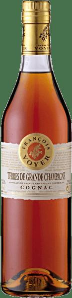 Der Terres de Grande Champagne Cognac von Francois Voyer präsentiert sich in einem Gold bis Kupfer im Glas. Dabei entfaltet sich sein Bouquet mit den floralen Anklängen von Veilchen und Linden, welche charakteristisch für die Grand Champagne Cru sind. Der Geschmack dieses Cognacs wird durch dezente Holznoten geprägt, welcher langanhaltend und angenehm ist. Servierempfehlung für den Terres de Grande Champagne Cognac von Francois Voyer Genießen Sie diesen Cognac als Aperitif, Digestif oder in Cocktails. Tipp: Cognac Sour 4 cl Terres de Grande Champagne Cognac 1 cl Zuckersirup 1 cl Zitronensaft 1 Zitronenscheibe Eiswürfel