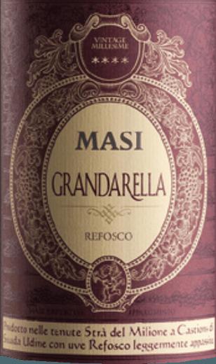 Der Grandarella von Masi Agricola präsentiert sich intensiv dunkelrot im Glas. An der Nase entfaltet sich ein Bouquet von aromatischen und getrockenten Kräutern und Vanille, ergänzt durch fruchtige Anklänge von roten Früchten. Am Gaumengibt er sich körperreich, komplex und ausgewogen, mit spürbaren Noten von Heidelbeeren, Pflaumen, Zimt und Gewürzen. Im Abgang schließt dieser italienische Rotwein mit einem trockenen und saftig fruchtigen Finale. Vinifikation des Grandarella von Masi Agricola Der Name Grandarella verweist bereits auf die spezielle Produktionsmethode dieses Weins hin: grano =Traube-Beere und arella, die traditionelle Trockenvorrichtung für die Trauben. Der Rotwein Grandarella wird aus den autochtonen Rebsorten Refosco und Carmenere aus den Regionen Venetien und Friaul in Italien mit dem Appassimento-Verfahren vinifiziert. Durch die Lufttrockung der Trauben wird eine höhere Komnzentration des Mostes erreichtund der Wein wird dadurch komplexer, dichter und schwerer. Food pairing für denGrandarella von Masi Agricola Dieser intensive Rotwein aus Norditalien passt hervorragend zu Gerichten mit rotem Fleisch, gegrillt oder gebraten, mit Wild aller Art und zu geschmackvollen und pikanten Käsesorten, oder auich gerne solo am Ende einer Mahlzeit.