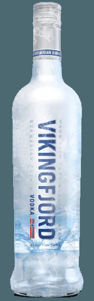 Der Vikingfjord Vodka ist im Geruch zurückhaltend und weich, dabei zeigt er dezente Noten von Getreide und Zitrusfrucht. Am Gaumen ist dieser norwegische Vodka mild, mit einem kurzen, warmen Abgang. Herstellung des Vikingfjord Vodka Die Basis für den Vikingfjord Vodka bilden Kartoffeln. Der vorhandene Rohalkohol wird sechsfach destilliert und es entsteht ein sehr reiner 96- % iger Alkohol. Zur Herabsetzung auf die Trinkstärke wird nur Wasser von dem Gletscher Jostedal verwendet. Dieses ist besonders weich, da es bis zur Quelle durch viele Bodenschichten sickert und auf diese Weise natürlich rein wird. Servierempfehlung für den Vikingfjord Vodka Genießen Sie diesen Vodka pur, bei Zimmertemperatur oder auf Eis, oder in Longdrinks.